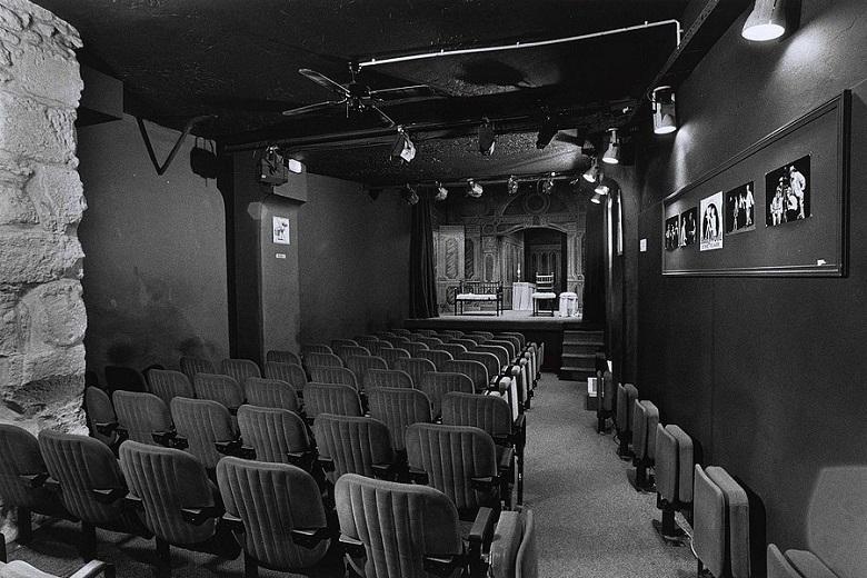L'absurde pièce par pièce au théâtre de la Huchette 3