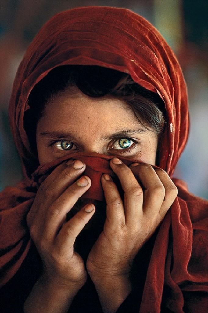 Zoom sur une photographie l'Afghane aux yeux verts 4