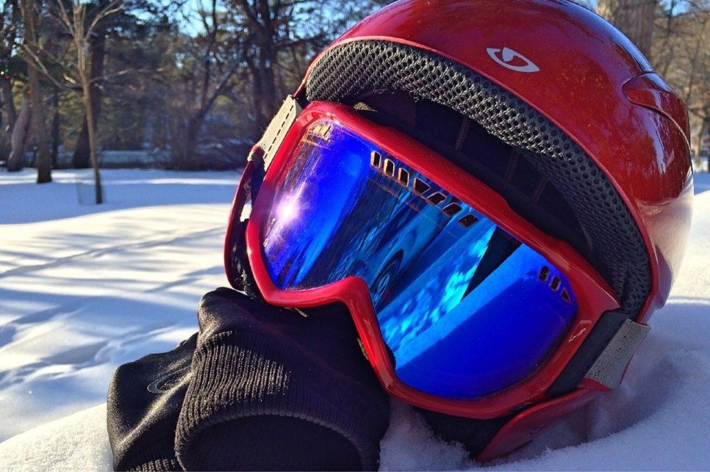 linteret-dun-casque-de-ski-homme-a-la-montagne-1