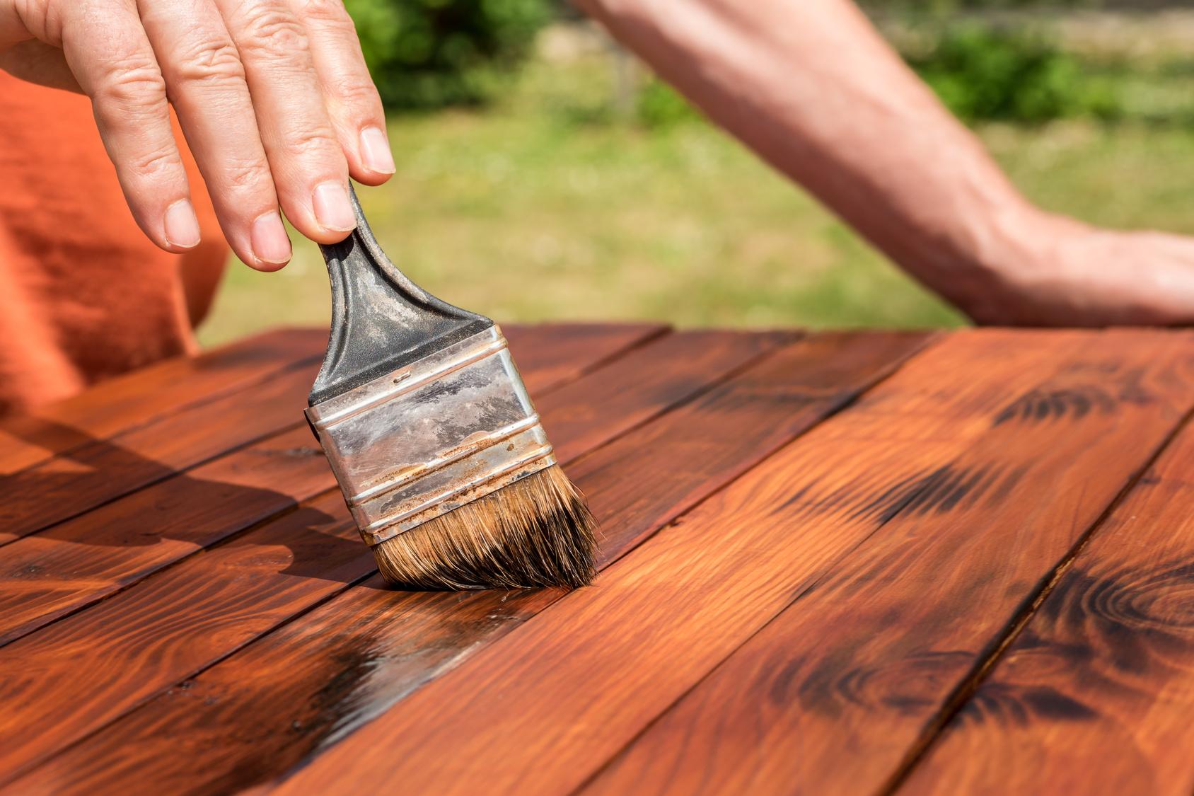 Resine Pour Peindre Meuble Bois peindre un meuble en bois : comment optimiser le rendu final ?