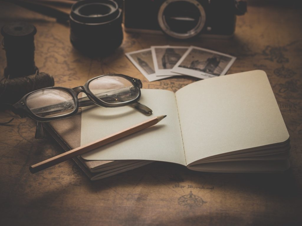 écrire un roman lunettes crayon livre ouvert