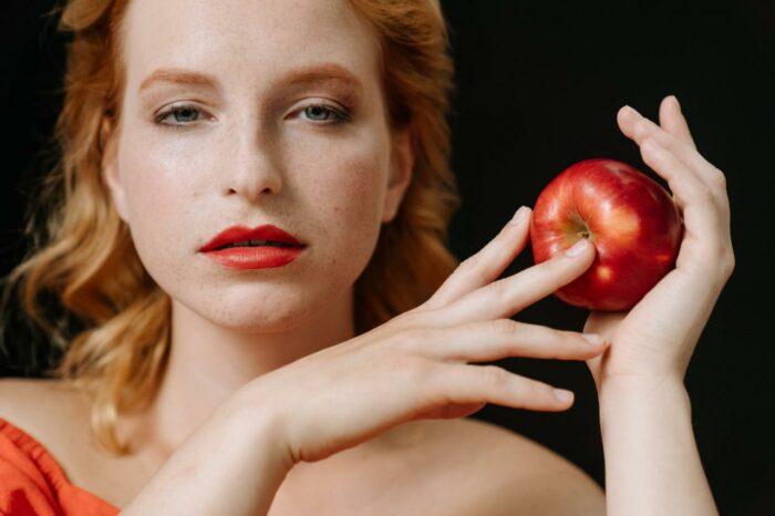 femme de l'est avec une pomme